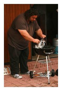Bruno essaye d'alumer le BBQ