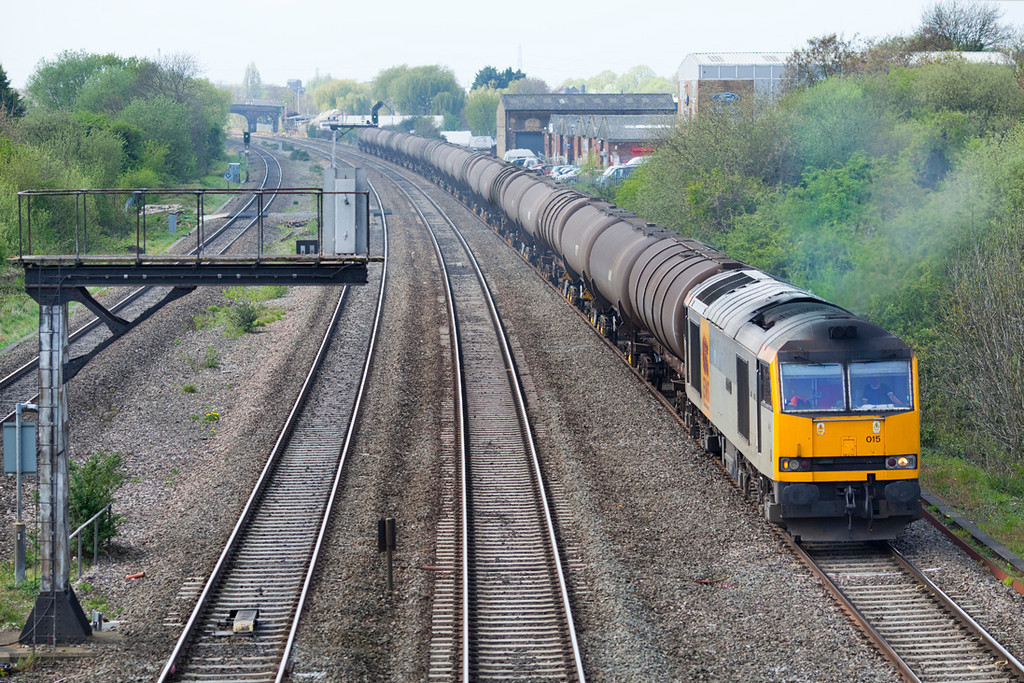 60015 creeps towards West Drayton stone terminal with the 6E38 13.54 Colnbrook-Lindsey Empty Oil Train.11.4.11