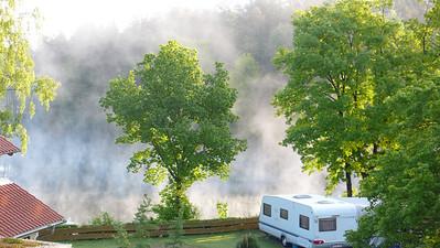 Seeblick für Frühaufsteher ist öfter mal zu sehen auf See-Camping Weichselbrunn, so hoch steht der Nebel allerdings selten.  Man versteht, warum die Seeblick Plätze von Kennern 1 Jahr im Voraus gebucht werden.
