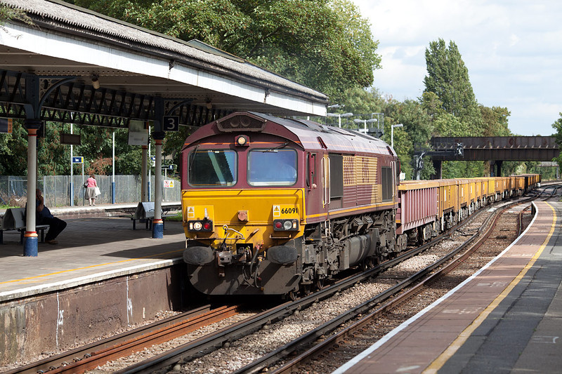 66091 drifts through platform 3 at Barnes with the 6Y42 13.52 Hoo Junction-Eastleigh Departmental working.