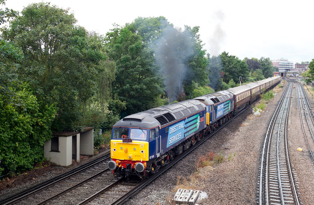 47810 & 47501 approach North Sheen on Ascot Ladies day with an ECS from Ascot to Wembley. 16.6.11
