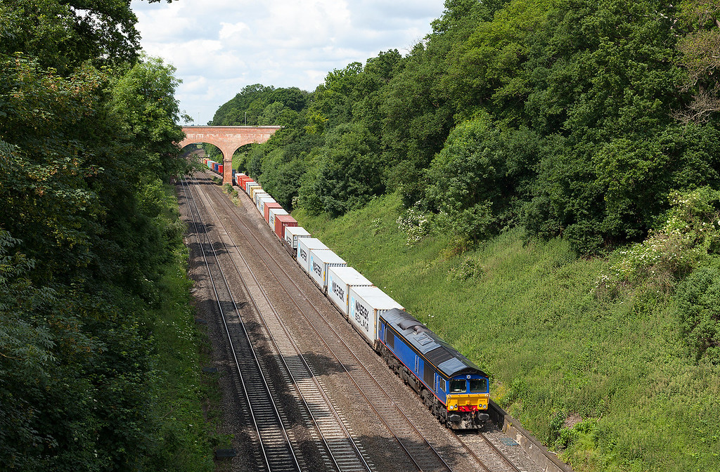 Amazingly in full sun and with a healthy load, 66414 passes through Sonning Cutting with the 4L31 09.03 Bristol Freightliner depot-Felixstowe North Freightliner working.  25.6.13