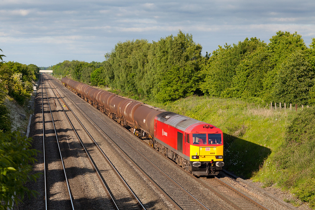 On a beautiful summer Sunday evening 60020 throbs down the Great Western Main line at Shottersbrook Farm with the 6E38 17.03 Colnbrook-Lindsey empty Aviation fuel tanks. 9.6.13