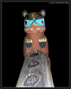 """BEAR UP THE MOUNTAIN"", a mortuary totem pole, Shakes island, Wrangell, Alaska, USA-----""MEDVED NA HORE"", pohrebni totem, ostruvek Shakes, Wrangell, Aljaska, USA."