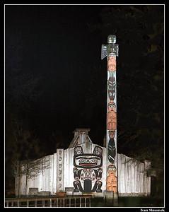 """EAGLE TOTEM AND TLINGIT TRIBAL HOUSE"", Shakes Island, Wrangell, Alaska, USA.-----""ORLI TOTEM A KMENOVY DUM TLINGITU"", ostruvek Shakes, Wrangell, Aljaska, USA."