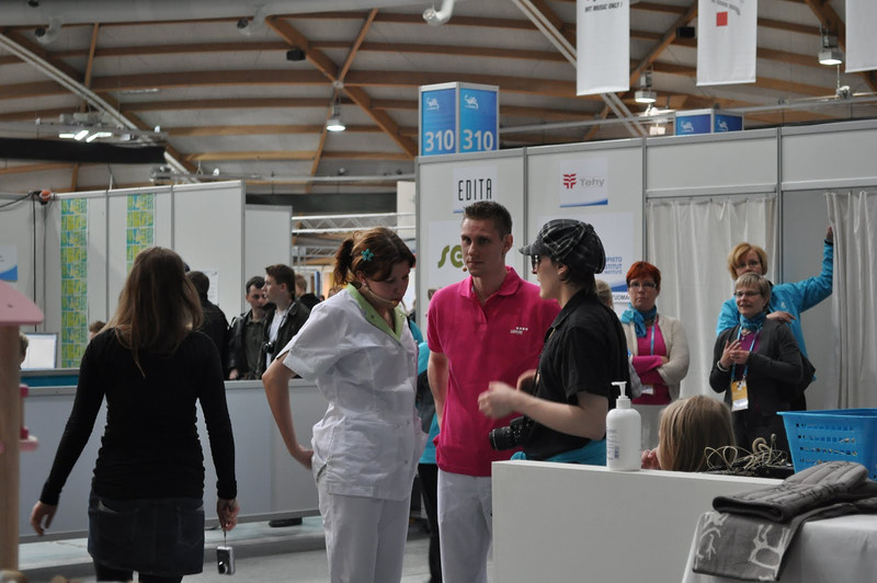 Sander en Renske worden geïnstrueerd voor de wedstrijd Verpleegkunde begint.