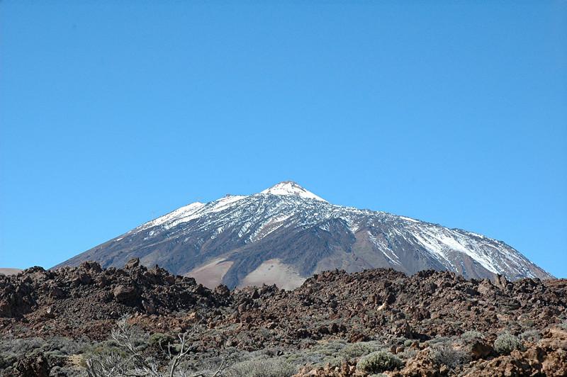 ...und in seiner ganzen pracht...<br /> <br /> der teide ist mit seinen 3717 m der hoechste berg spaniens.<br /> er ist auch der drittgroesste vulkan der erde und sein letzter ausbruch war 1909<br /> <br /> (wikipedia)