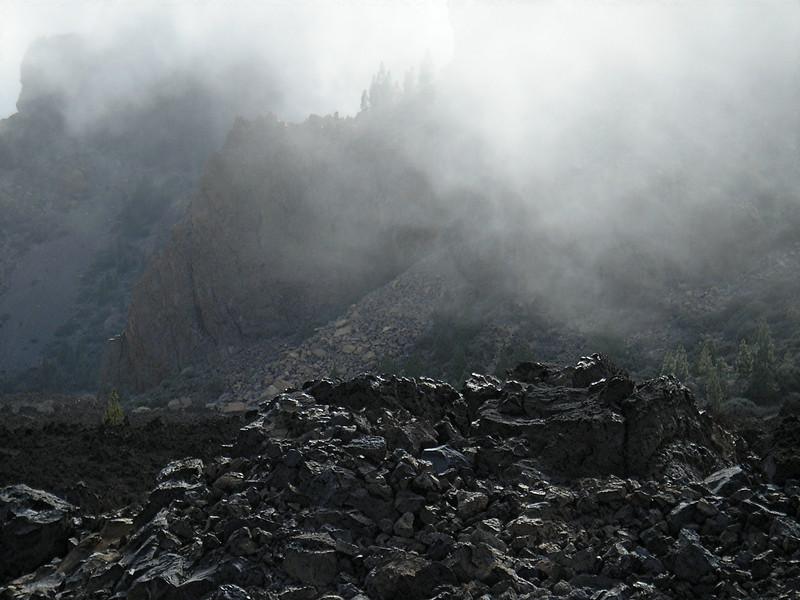 lavastein und nebelwolke auf dem plateau
