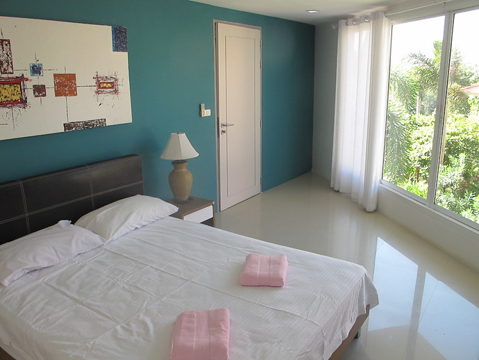 Second bedroom with ensuite at the Lanta Loft apartment