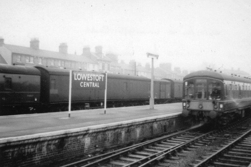 Lowestoft Central on 25/03/64 - after arrival of the 10 50 ex Ipswich.