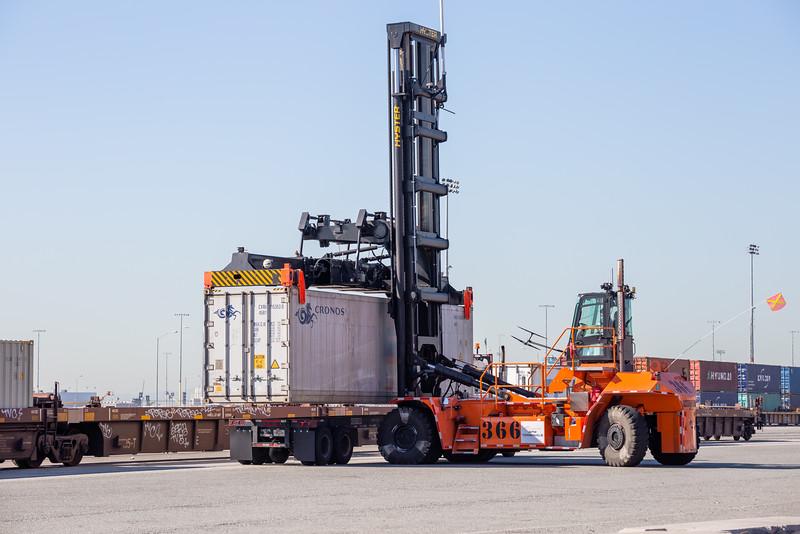 160225-loader-teu-truck-rail-082