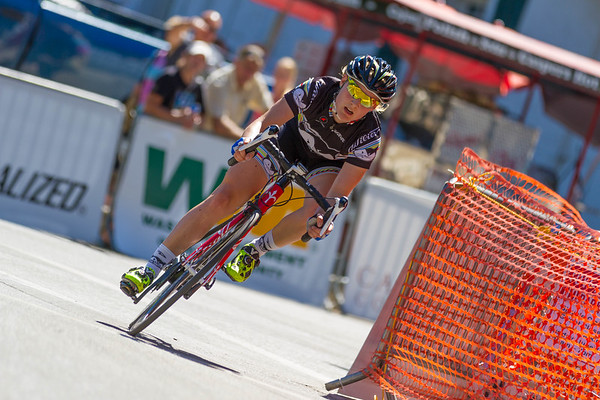 Elle Anderson (Vanderkitten Racing) maintains her lead in the final laps of the Women's P/1/2/3 race