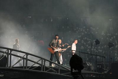 "The band hit the stage on the ""return of the stingray guitar"".  Le groupe entre ne scène sur le titre ""Return of the stingray guitar"""