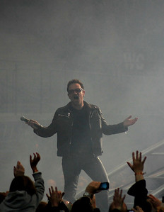 "Bono hit the ring, ""it's a beautiful day""  Bono entre sur l'anneau, ""It's a beautiful day"""