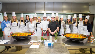 The rookies, chefs and the two Paellas at the end of the challenge