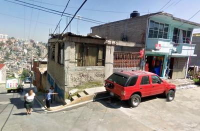 Calle Cuauhtemoctzin con un niño en la acera