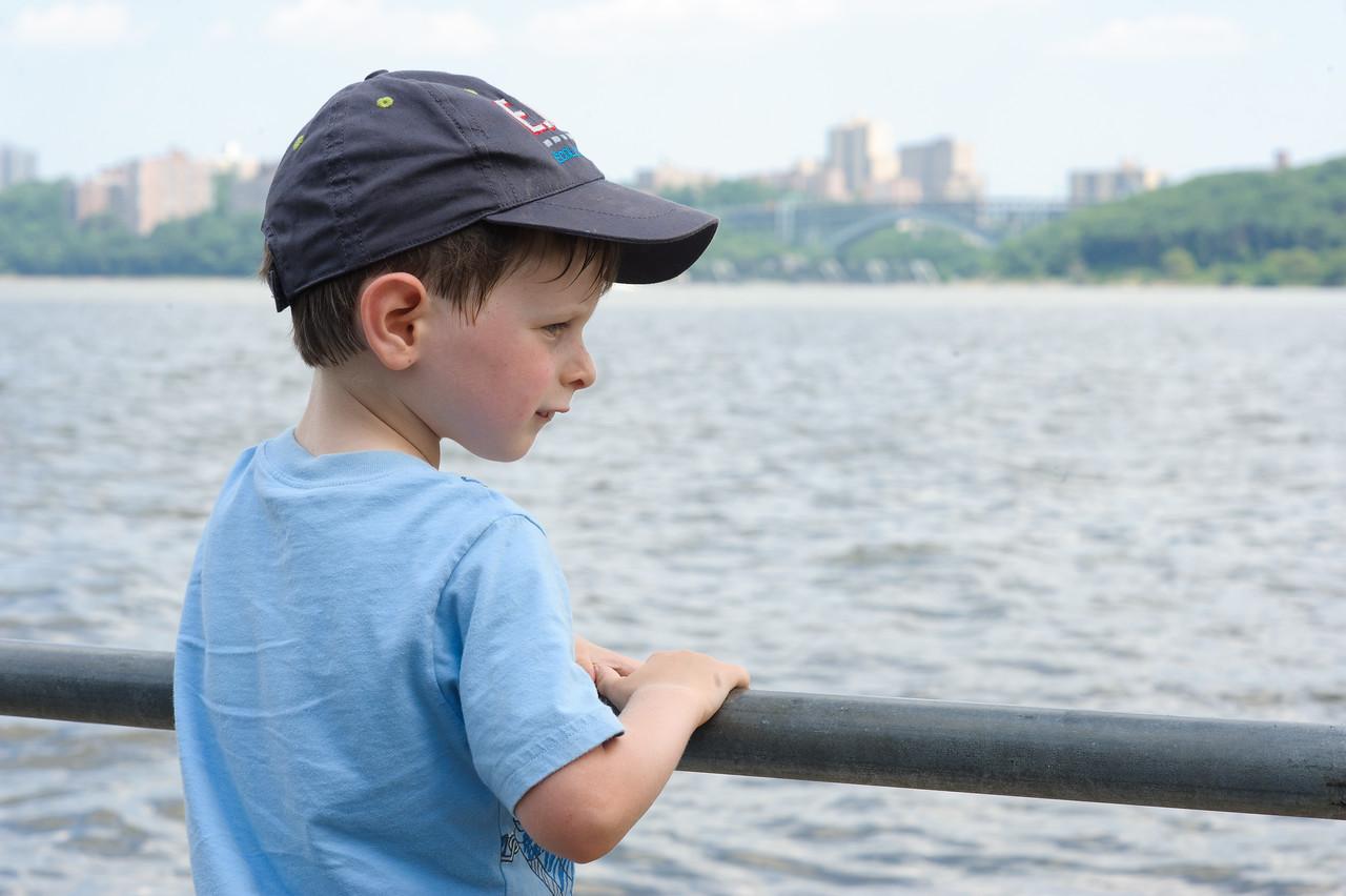 Marius regarde la rivière Hudson