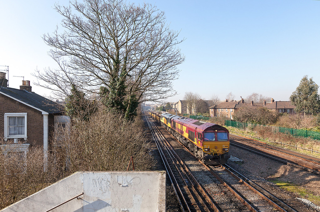 66185 & 66846 double head a lightly loaded 6Y41 Eastleigh-Hoo Junction through Richmond on a beautiful february morning.19.2.13