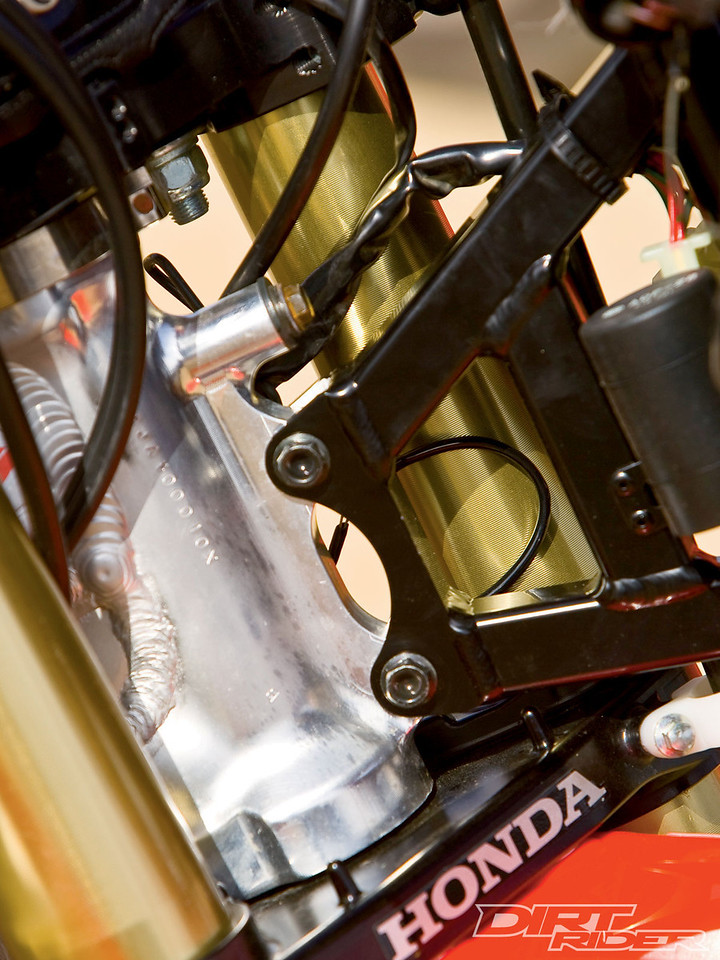 141_1006_16_z 2010_factory_off_road_race_bikes light_mounting_rail