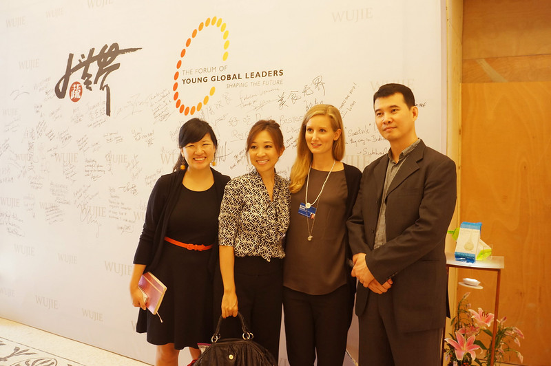 Peggy with Katherine (WEF) and Wu Jie 大蔬无界签名板