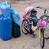 Een koffer, een tas, twee kussens en twee fietsen.