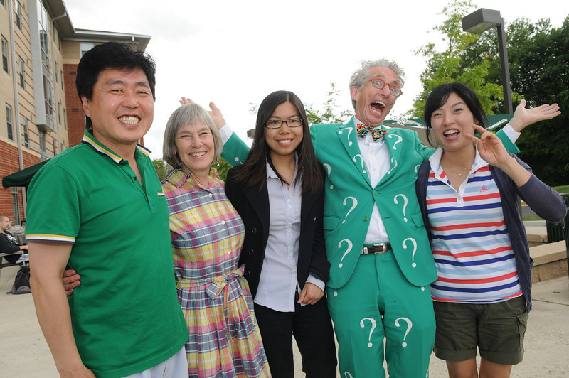 """Matt """"the question guy"""" Lesko posing with Instructor Zhang and Mason community. Photo by Evan Cantwell/Creative Services/George Mason University"""