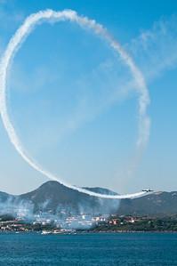 """Olbia, Sardegna, 21.08.2011: acrobazie aeree durante la manifestazione """"Cielo Sardegna 2011"""", in occasione dei festeggiamenti per il 150° anniversario dell'Unita' d'Italia."""