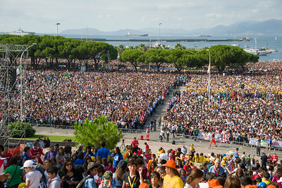 Cagliari, Italy. 22.09.2013. Tousands of pilgrims attend the Holy Mass celebrated by Pope Francis in front of the church of Our Lady of Bonaria. (IT) Migliaia di fedeli attendono la messa celebrata da Papa Francesco sul sagrato della Basilica di Bonaria.