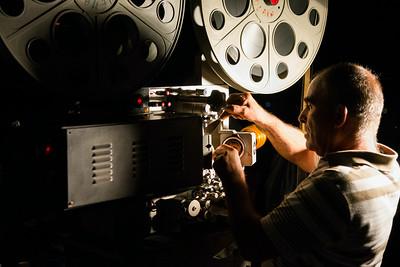 Le operazioni di cambio della pellicola durante l'intervallo del film.