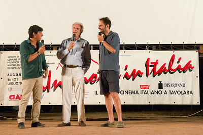 Director Marco Risi (center) talks with actors Emilio Solfrizzi (left) and Neri Marcorè (right).