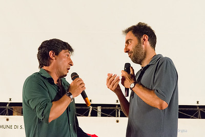 A Porto San Paolo si presenta la terza serata del festival. Da sinistra l'attore Emilio Solfrizzi e Neri Marcorè.