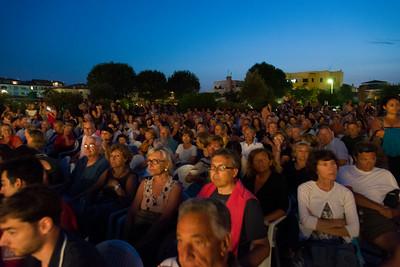 """Grande pubblico anche per le terza serata del festival, a Porto San Paolo. Si proietta """"cha cha cha"""" del regista Marco Risi."""