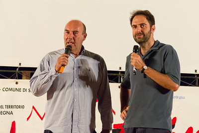 A Porto San Paolo si presenta la terza serata del festival. Da sinistra  Marco Navone e Neri Marcorè.