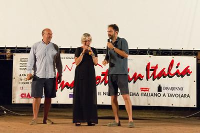 A Porto San Paolo si presenta la terza serata del festival. Da sinistra  Marco Navone, Piera Detassis e Neri Marcorè.