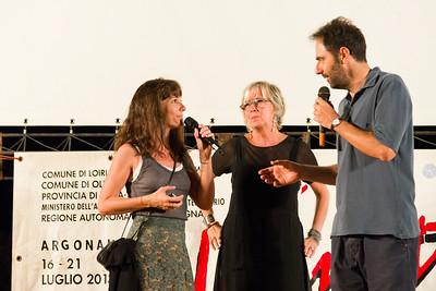 A Porto San Paolo si presenta la terza serata del festival. Da sinistra Victoria Cabello, Piera Detassis e Neri Marcorè.