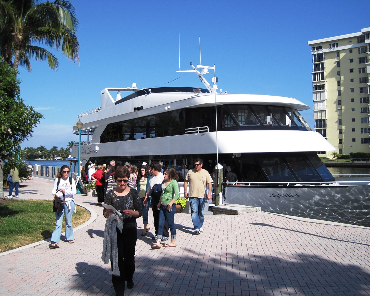 2009-12-27 - Delray Beach, FL, USA - Disembarking from the cruise boat