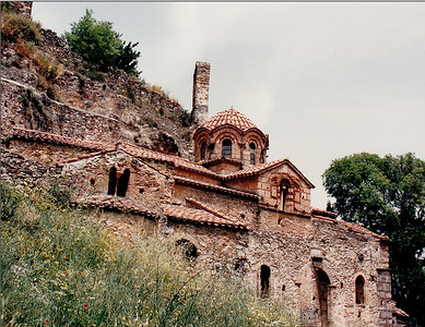 South entrance of the Peribleptos Monastery: located along the southernmost end of the wall of the Middle City of Mystras. Built during the brief period (in the 14th century) of the Venetian occupation of Mystras. It displays the same Frankish architectural style as the Pantanassa Monastery. Little is known about this building and research is ongoing.
