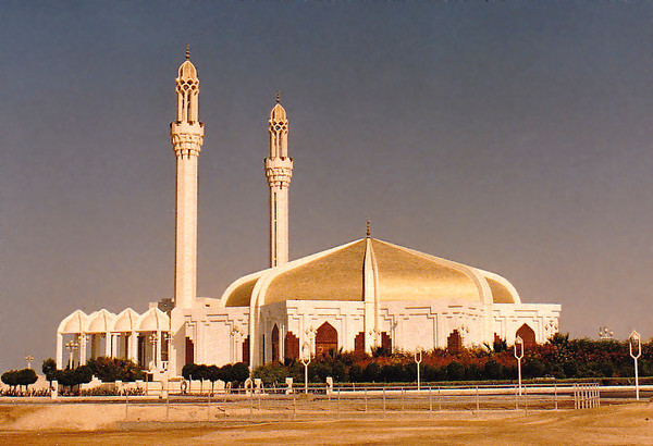 The Hassan Enany Mosque is located on the Corniche Road near Palestine Street. Built in 1984 by architect Raouf Helmi; commissioned by Hassan Enany, a resident of Jeddah. The spacious prayer hall (laid out in the shape of and 8-pointed star) holds1,200 worshippers. The massive golden dome covers the entire prayer hall.