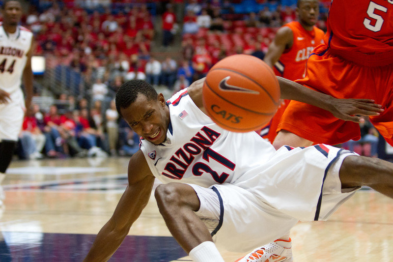 Kyle Fogg - 21 going down. Arizona vs Clemson basketball 10Dec2011