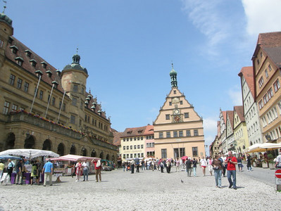Wide angle of the town square/markt. Rathaus on left.