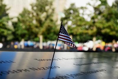 9/11 Memorial - Namnen är graverade i brons