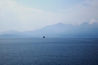 Blått hav. blåa berg på vägen till Thassos