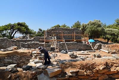 Aliki, en viktig arkeologisk utgrävning och uppbyggnad av två kristna kyrkor