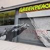 La sede de Greenpeace España aparece vandalizada con insultos y simbología nazi