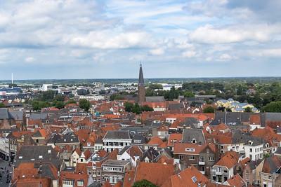 In het midden de Sint Janskerk