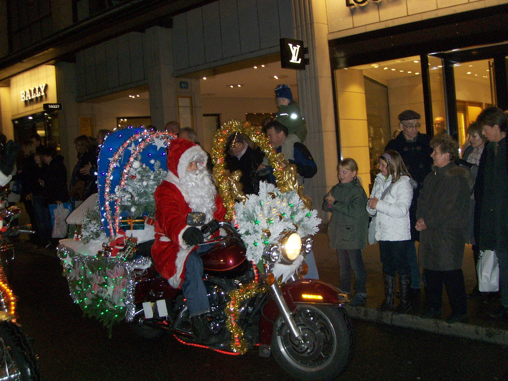 This is the first year we have bothered to go & see the Santas on Harleys parade in Basel. It does exactly what it says on the tin, it's LOTS of guys dressed up as Santas riding on Harleys