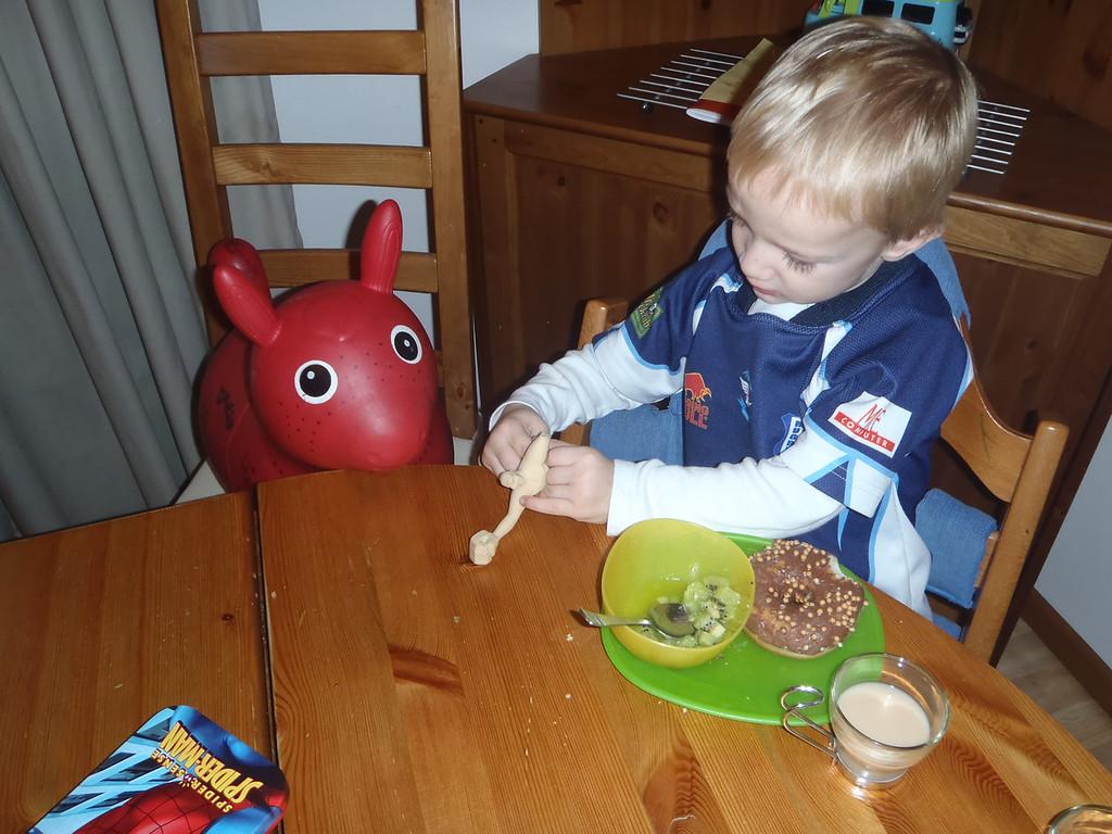 Danny having breakfast with Jimmy & Elastic Man