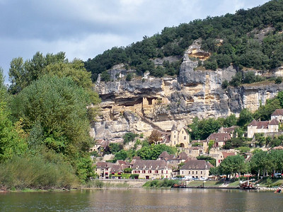 La  Roque Gageac and cliff dwellings from the canoe