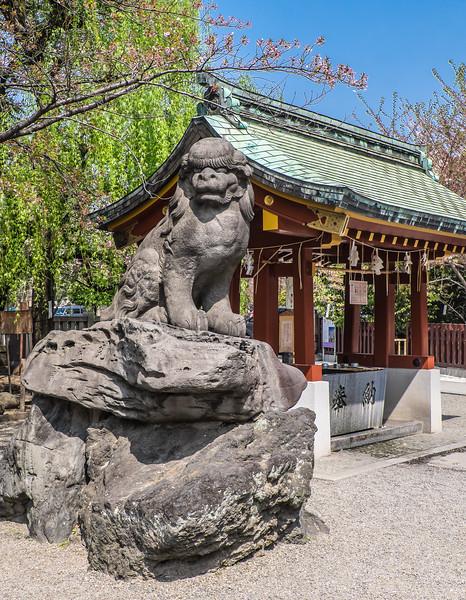 Side gate lion