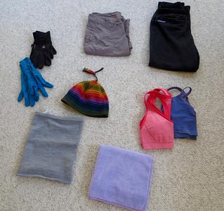 Pantalon chaud (teahouse), short, bonnet, 2 pairs de gants (fin & epais), 2 soutien-gorge, serviette, truc pour le cou (gris)